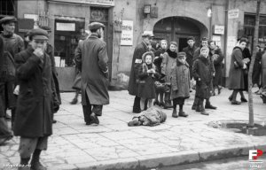 Outside Leszno 43, May 1941 in the Warsaw Ghetto (photo from fotopolska.eu)