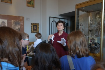 Maćkowiak explains to the the children how to use a yad, a Torah pointer, Leszno Museum.